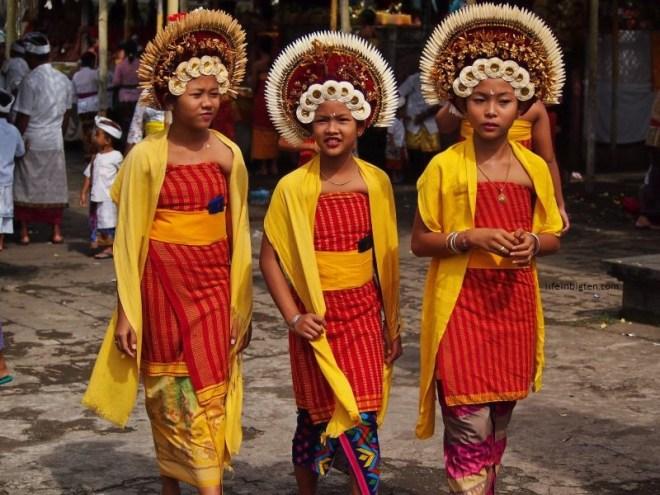 Balio kaimas. Merginos tradiciniais drabužiais