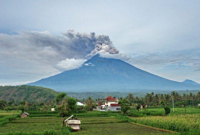 Ugnikalnio vaizdas pro viešbutį Amed miestelyje