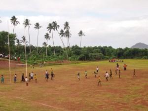 Fidžio kaimo aikštėje vaikai žaidžia regbį