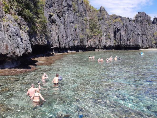 Ėjimas vandeniu link paslėpti paplūdymio