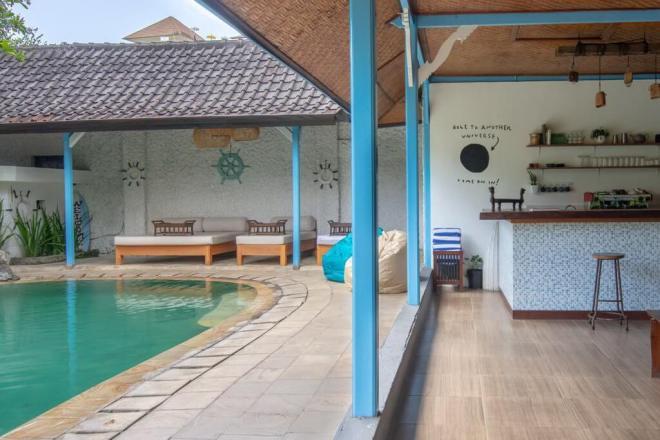 Nakvynė Sanur House - bendra erdvė su baseinu