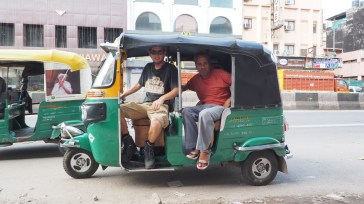 Tobi mit unserem Tuc Tuc Fahrer des Vertrauens