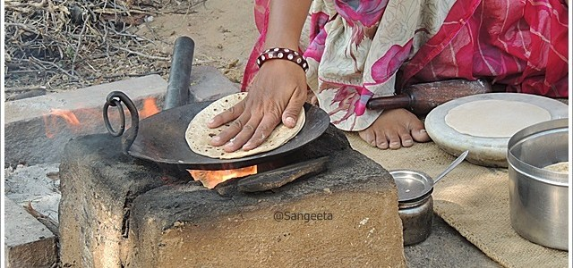 Fine Art of Making Indian Roti; Taste of Rural Rajasthan !!