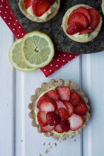 Zitronen-Erdbeer-Tartelettes von Yvonne von Experimente aus meiner Küche http://experimenteausmeinerkueche.blogspot.de/2014/06/zitronen-erdbeer-tartelettes.html