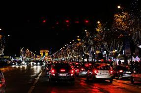 Die Champs-Élysées bei Nacht: Voll, aber wunderschön weihnachtlich geziert.