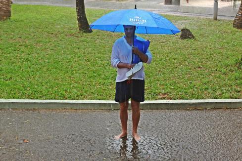 Ein Männchen steht im strömenden Regen. Geregnet hat es an diesem Tag wirklich Unmengen wie man sieht.
