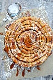 Giant Carrot Cake Roll mit Apfelkaramell