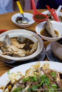 Ein Mix aus Suppe und Fleischstücken und Knochen