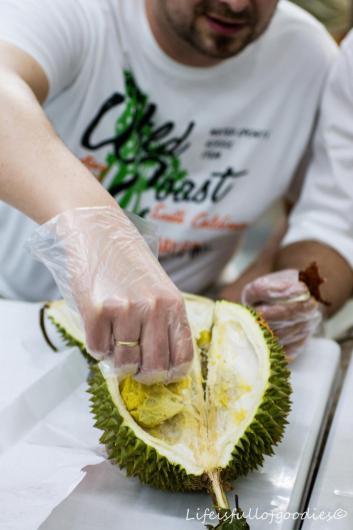 Weil die Durian so stinkt, konnte man beim Anfassen Handschuhe tragen. Zumindest sofern man nicht wollte, dass seine Finger mindestens zwei Tage danach noch stinken...