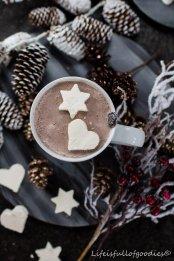 """Heiße Schokolade mit Cream Cookies (""""Sahne-Ausstecher"""")"""
