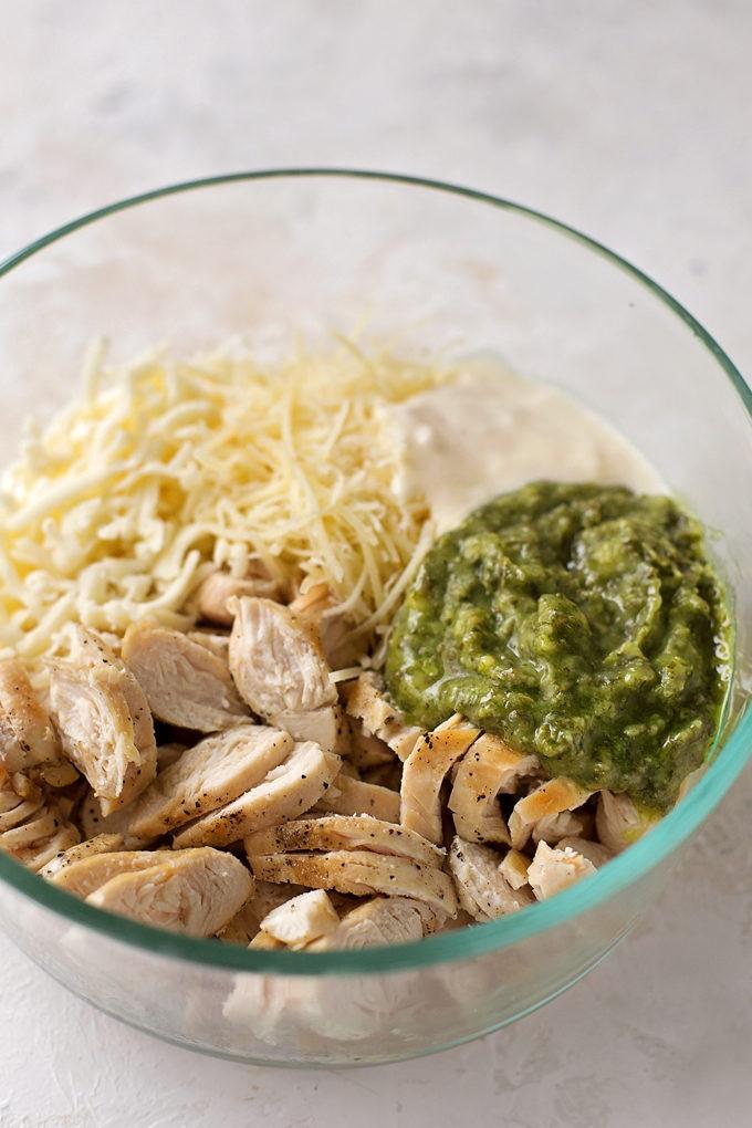 Zutaten für Pesto Hähnchenring Rezept in einer Rührschüssel