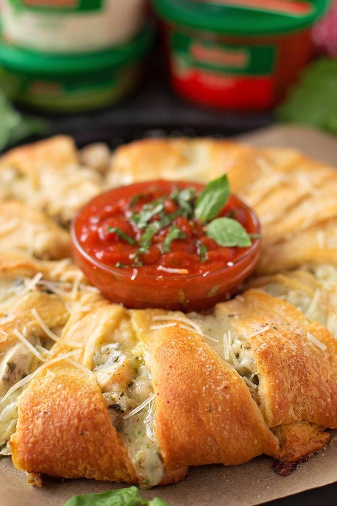 Pesto Hühnchen-Halbmondring mit Marinara-Sauce