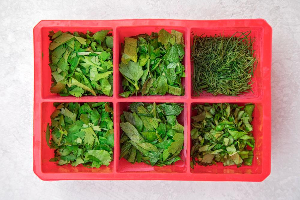 Congele hierbas frescas en una bandeja para cubitos de hielo