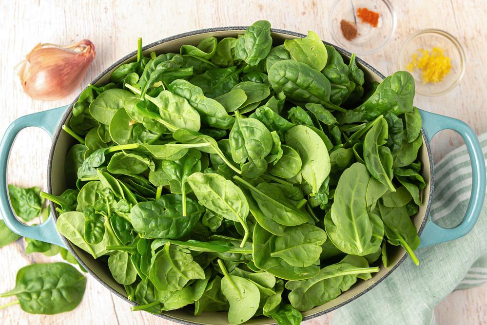 Ingredientes frescos para la receta de espinacas a la crema
