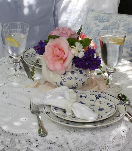 дачное декорирование садовыми цветами