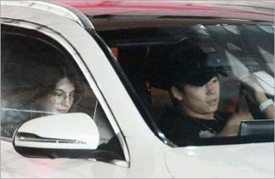 武尊とマギーのフライデー写真車内