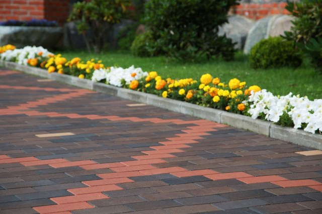 The sides of the driveway, however, if decorated well will add a classy pizzazz to the entry of your house.