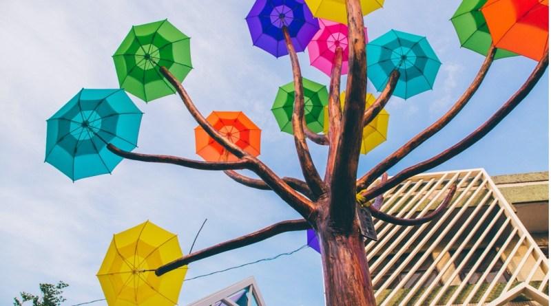 彩虹屋前的裝置藝術「卡里善之樹」是亞洲第一棵七彩傘花彩虹樹