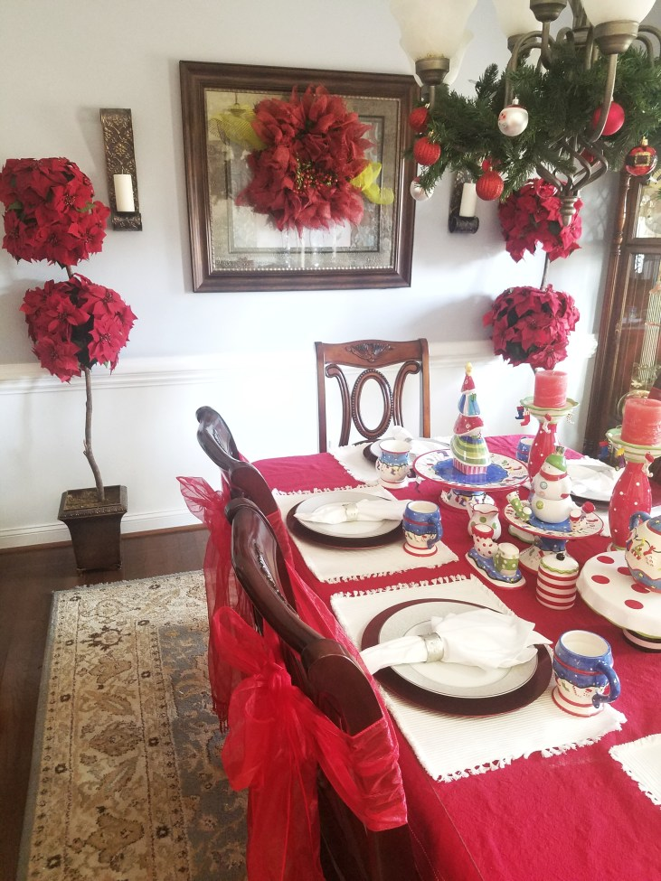 Love this fun and bright Christmas Table #christmastable