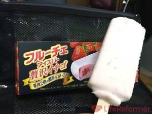 これは本当に贅沢なアイスだよ!贅沢にイチゴがたらふく入ってます!『フルーチェアイスバー贅沢イチゴ』懐かしさも味わえます