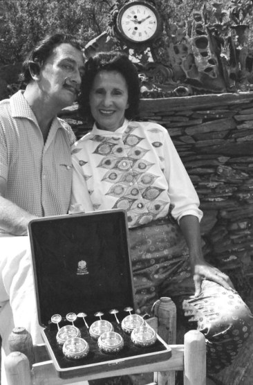 Port Lligat, 9 août 1958. Gala et Dalí après leur mariage religieux, avec le coffret de gobelets de Fabergé, offert par Dalí. Port Lligat, August 9, 1958. Dali and Gala after their church wedding with the small chest of goblets by Faberge, a gift from Dali.