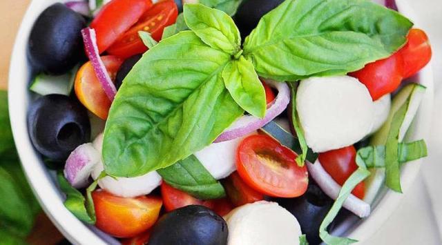 fresh_mozzarella_salad_large.02e9d664ce38c058d29f0fad6b69ff29