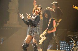Rihanna-finger_1