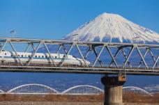 """The Shinkansen Bullet Train, Giappone (La rete Shinkansen collega Kyoto a città come Osaka, Niigata, Nagano, Shin – Aomori da raggiungere nel completo silenzio se scegliete la carrozza """"silenzio assoluto"""" dove nessuno parla e non vengono nemmeno annunciate le fermate)"""