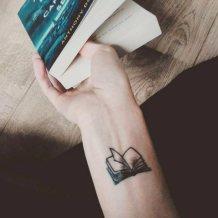 Tatuaggi piccoli polso libro