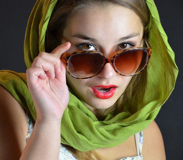 junge dame mit sonnenbrille