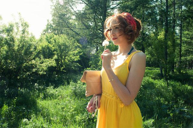 frau-im-gelben-outfit