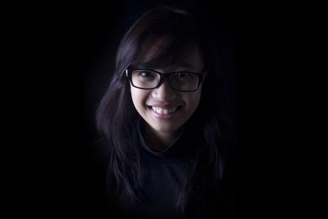 Frau dunkelhaarig Brille