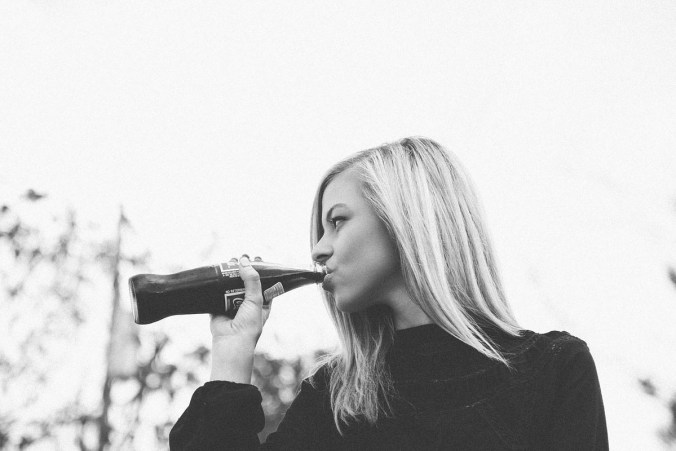 Frau Colaflasche Trinken