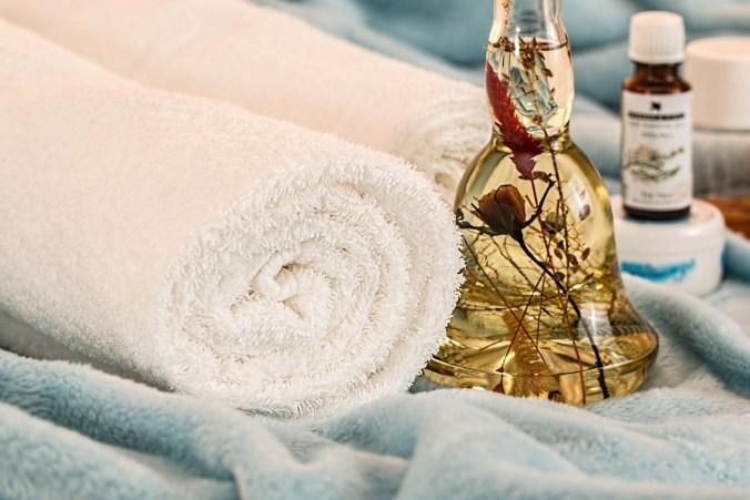 handtuch massage gesichtsöl beautybehandlung