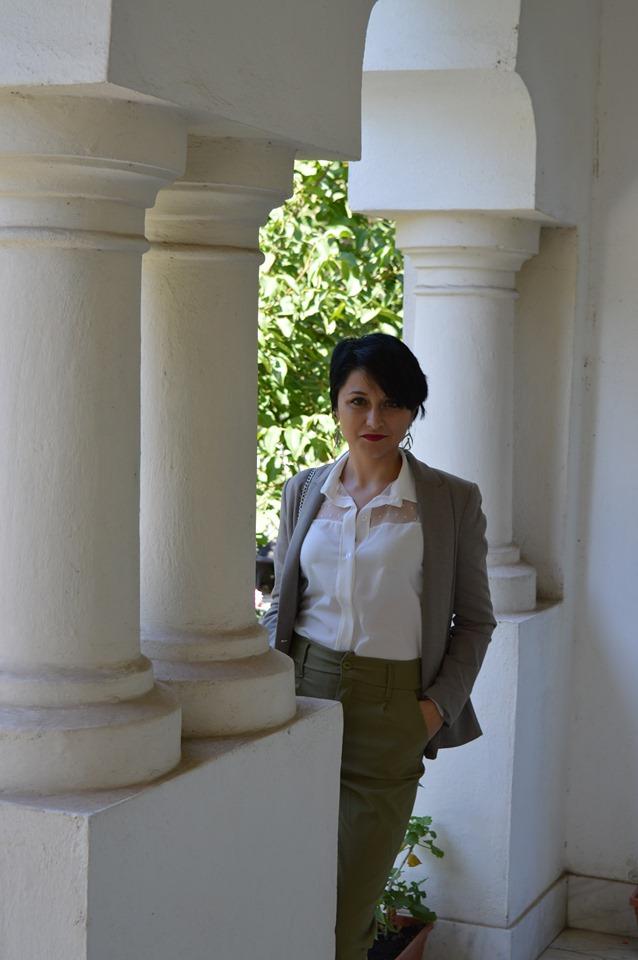 cămașă albă și pantaloni kaki Femme Luxe
