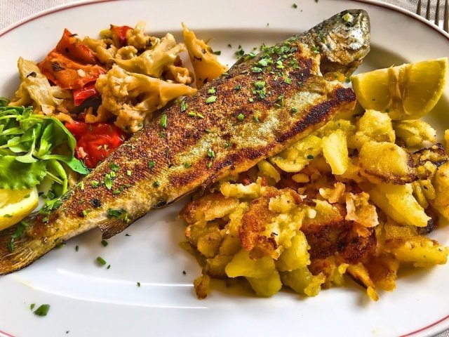 Fried trout with baked potatoes and seasonal vegetables