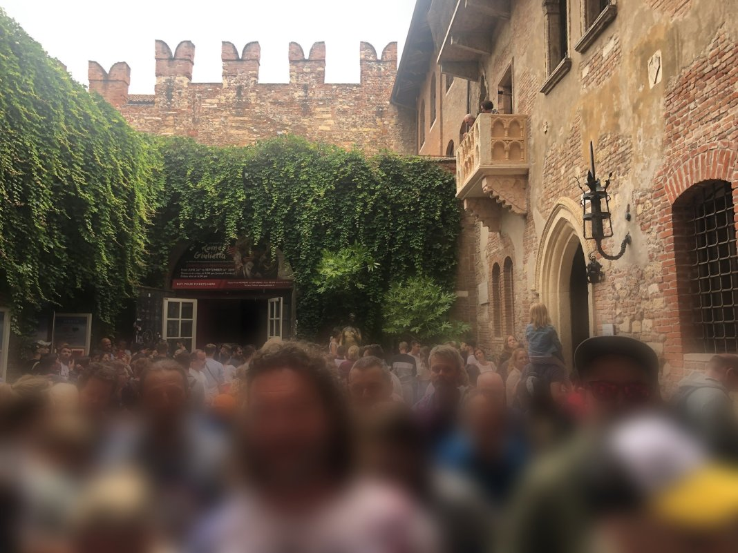 Crowd of people under the Julia balcony in Verona
