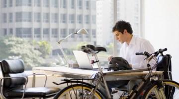 """Bicicletta per andare a lavoro: benefici dell'attività più """"in"""" del momento"""