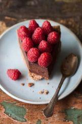 La parte golosa è affidata alla decorazione di dolci. Come questa torta al cioccolato ricoperta da frutti rossii.