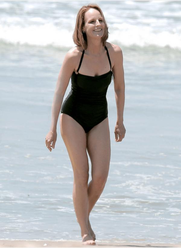 Jodie Foster, in una splendida mise da spiaggia