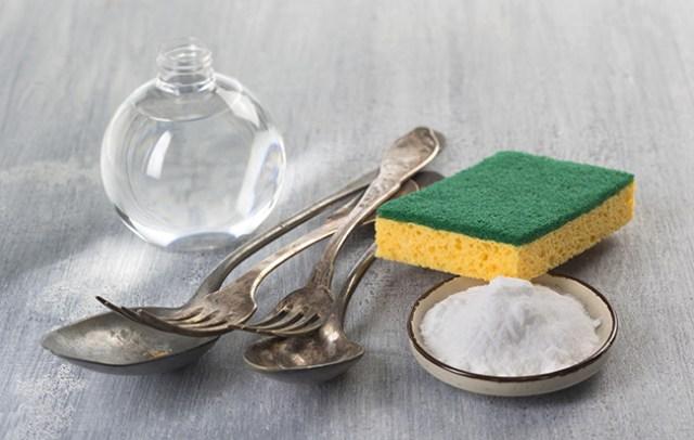 Pulire-argento-con-bicarbonato