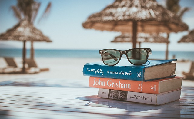 libri sotto l'ombrellone