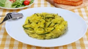 Risotto alla curcuma: più gusto con mandorle e zucchine