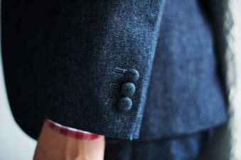 デニム生地でくるんだクルミ釦を袖口に施したカジュアルウェディングの新郎衣装|lifestyleorder