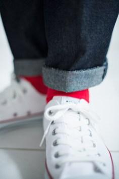 赤のカラーソックスをアクセントにしたデニム素材の新郎衣装スタイル|lifestyleorder