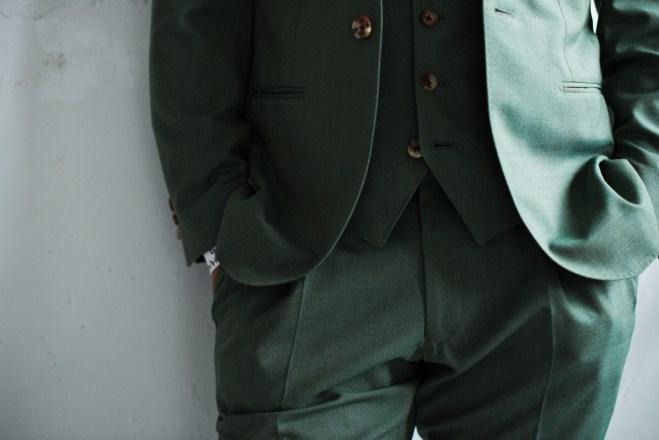 フロントカットの曲線が綺麗に仕立てられたカジュアルな新郎衣装|lifestyleorder