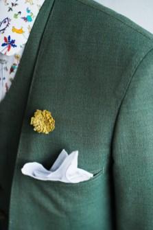 グリーンの新郎衣装に黄色のアクセントカラーを加えたカジュアルスタイル|lifestyleorder