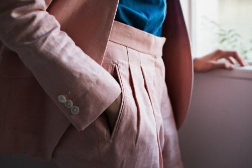 股上を深くし腰回りにゆとりを持たしたツータックのレディーススーツ|lifestyleorder