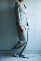 ストレートパンツスタイルでノーカラースタイルのレディースオーダースーツ lifestyleorder