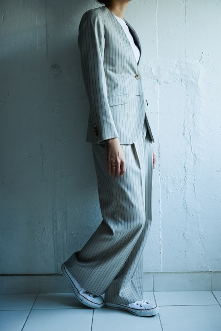 ストレートパンツスタイルでノーカラースタイルのレディースオーダースーツ|lifestyleorder